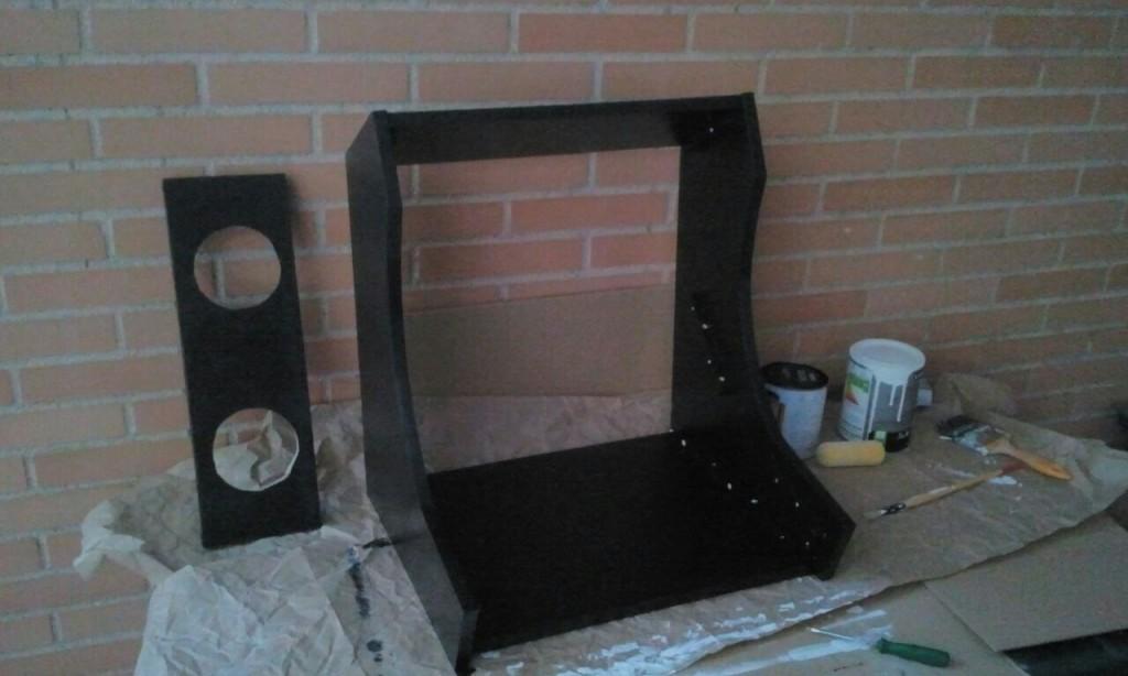 Tanto el mueble como la balda de los altavoces ya pintadas.